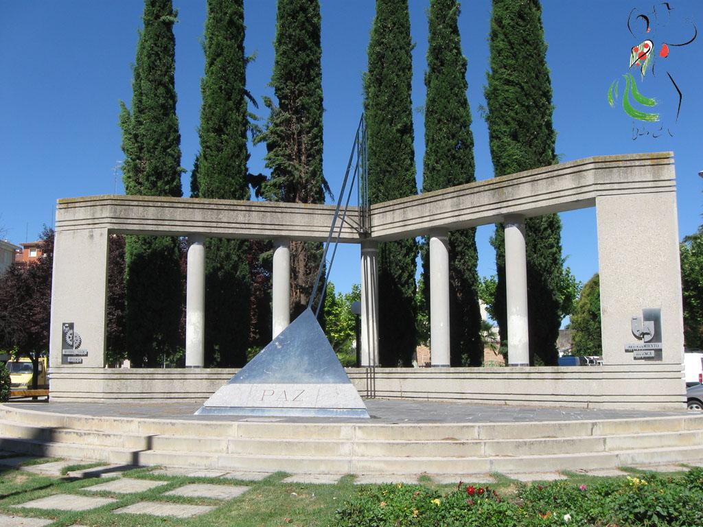 Vista frontal del monumento de la paz de Huesca